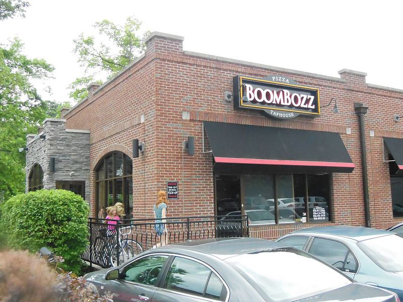 Boombozz pizza and taphouse highlands